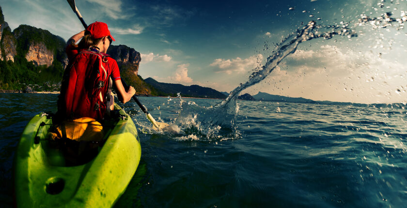 femme faisant du kayak en mer
