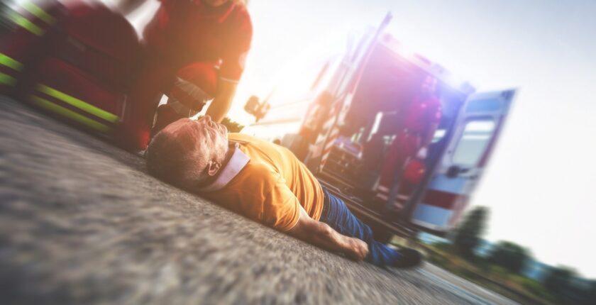 pompier portant secours à une victime au sol