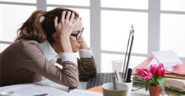 femme stressée devant son ordinateur portable