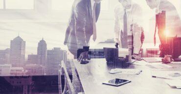 réunion d'affaires dans un bureau avec vue sur la ville