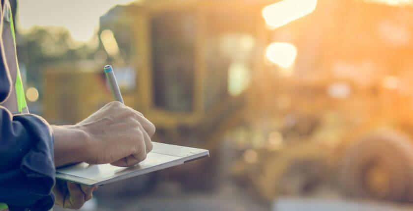 prise de notes sur tablettes dans un chantier