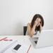 employée stressée devant son poste de travail