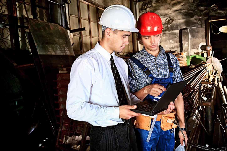 chef de chantier qui échange avec un ouvrier