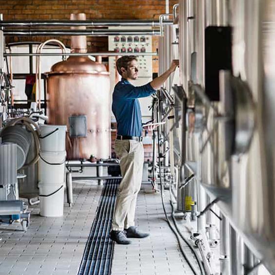 homme qui programme ses machines de distillation
