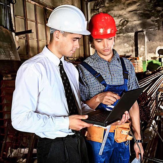 réunion entre un ouvrier et le chef de chantier