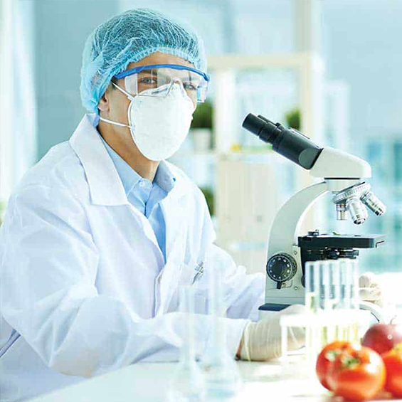 pharmacien devant un microscope